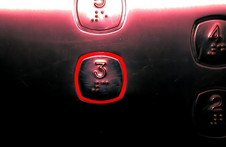 Guerra de generaciones por el ascensor del edificio