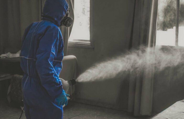Desinfectar un edificio de viviendas para evitar contagios de covid-19 cuesta menos de 700 euros